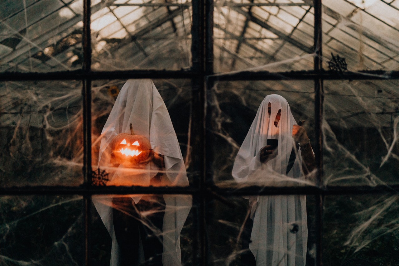 Spooky Fancy Dress Ideas - ghost costume - scary coloured lenses